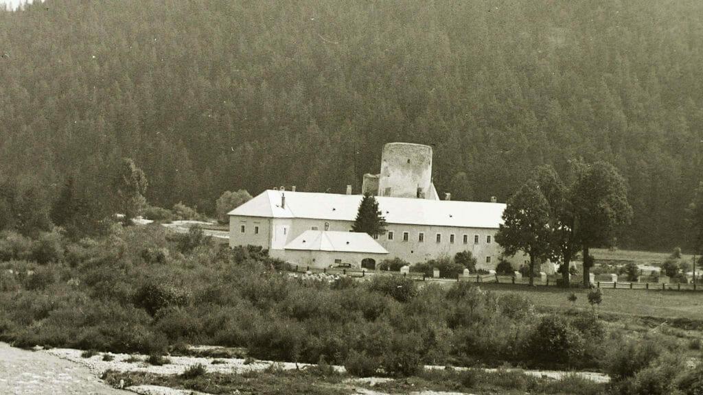 Kastieľ a hrad v Liptovskom Hrádku na historickej fotografii