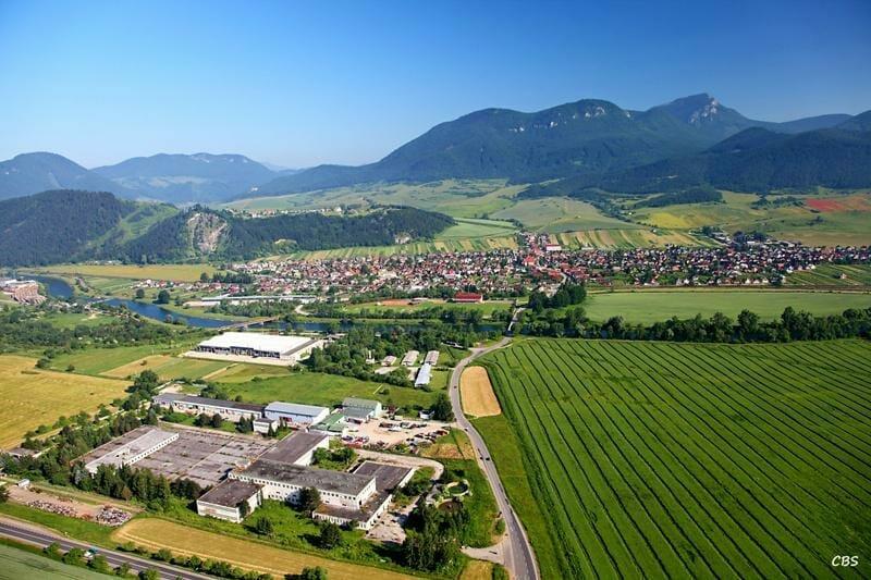 Letecký záber na obec Lisková, na ľavo masív Mních a v pozadí v pravo Veľký Choč
