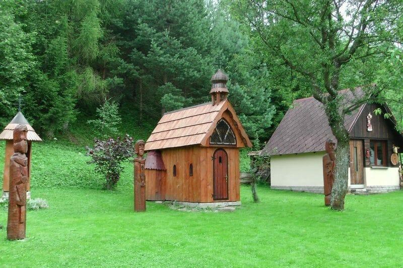 Staroslovenský areál v Malejk Frankovej - najmenší drevený kostolík na Slovensku, nachádzajúci sa uprostred areálu
