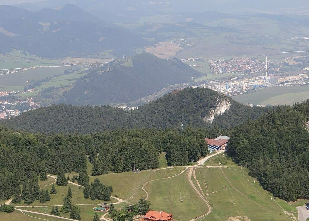 V strede masív Mních s viditeľnám vysielačom a mesto Ružomberok. Podľa legendy stál na vrchu templársky kláštor.