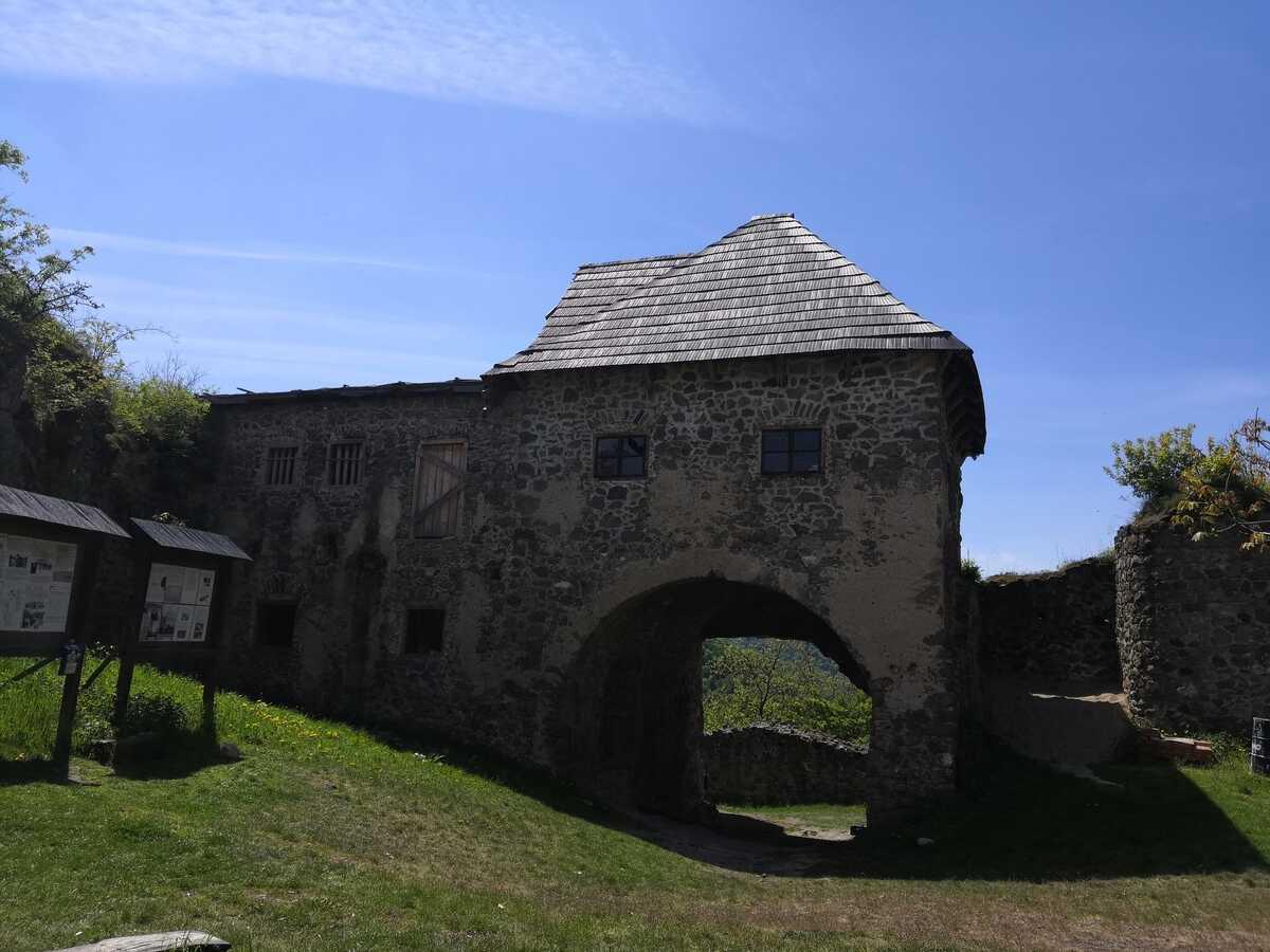 Nádvorie hradu Čabraď - pohľad na vstupnú bránu