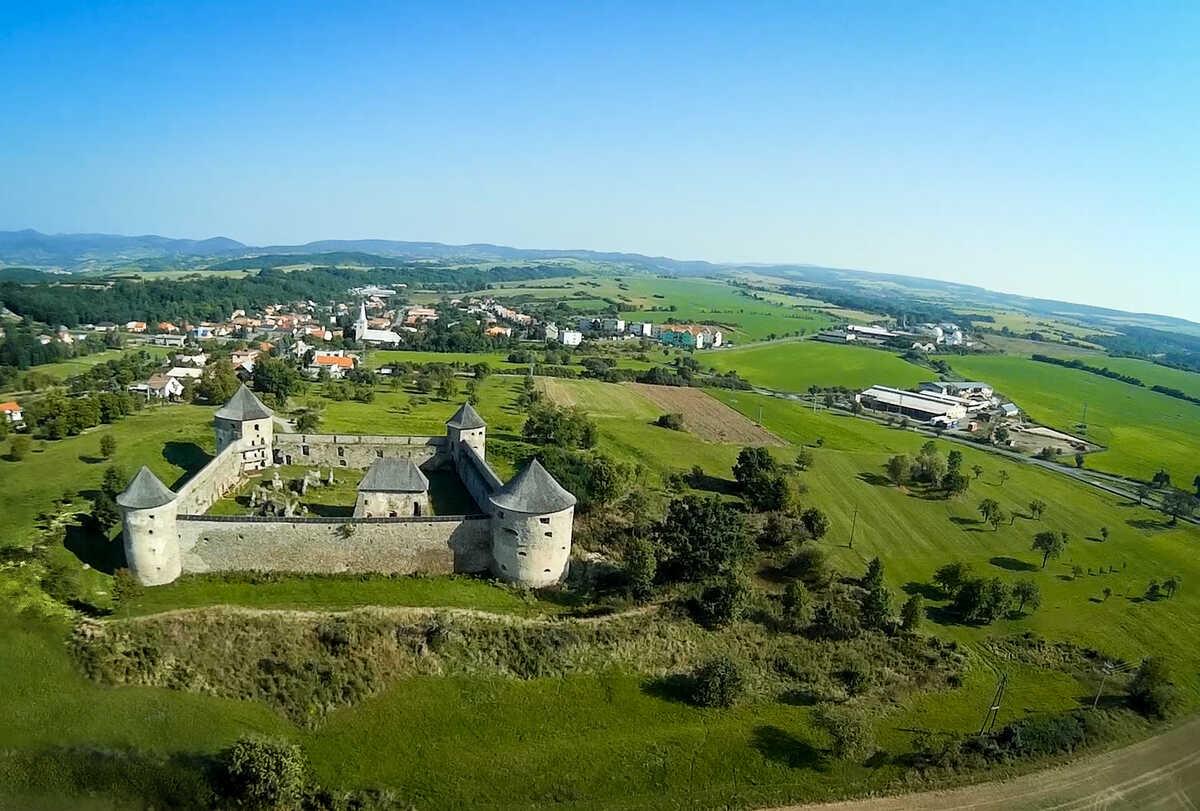 Opevnený kláštor Bzovík - letecký pohľad na oblasť