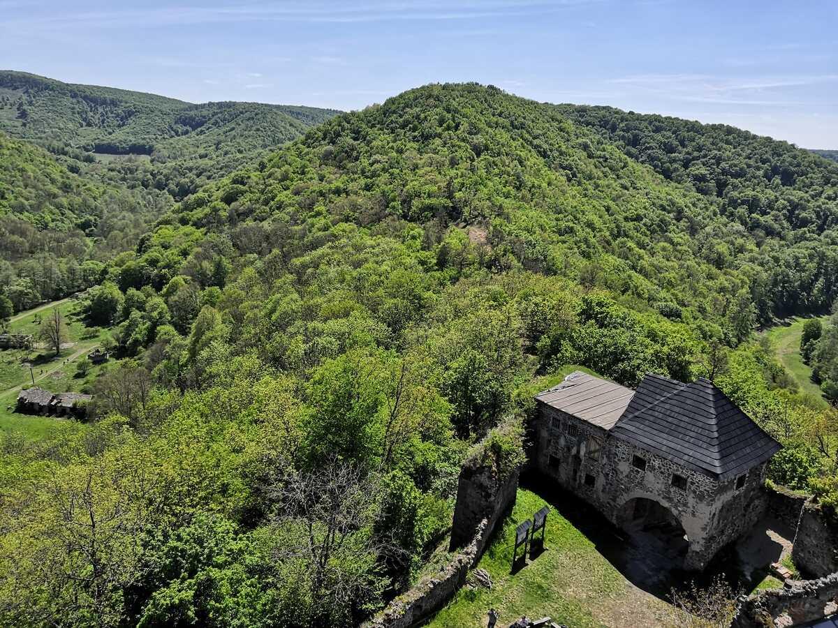 Pohľad z horného hradu na nádvorie hradu Čabraď