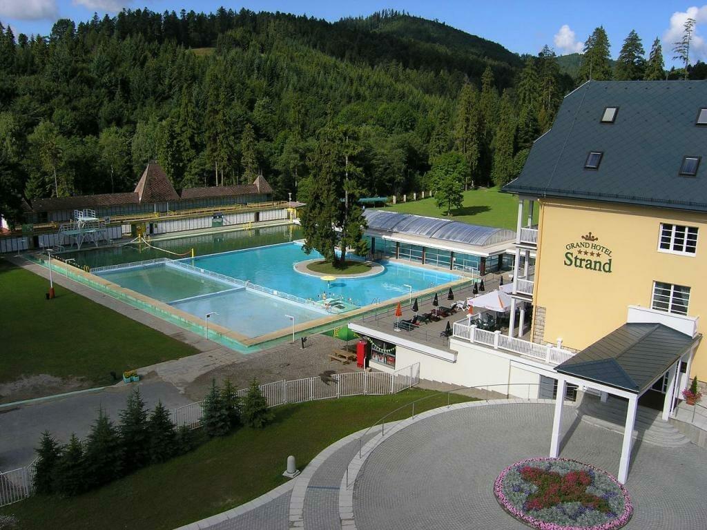 Pohľad z hora na Grand Hotel Strand s bazénom Vyšné Ružbachy