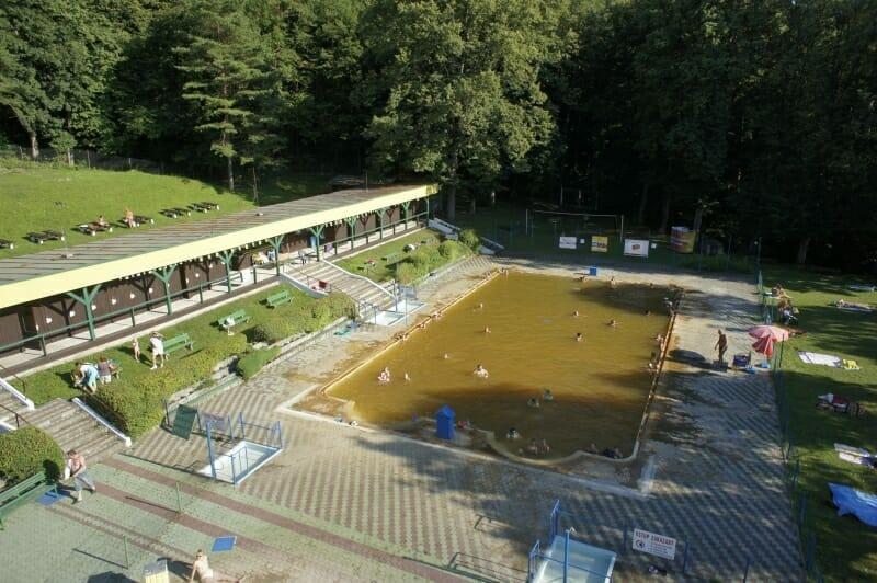 Plavecký bazén v letnom termálnom kúpalisu Sliač