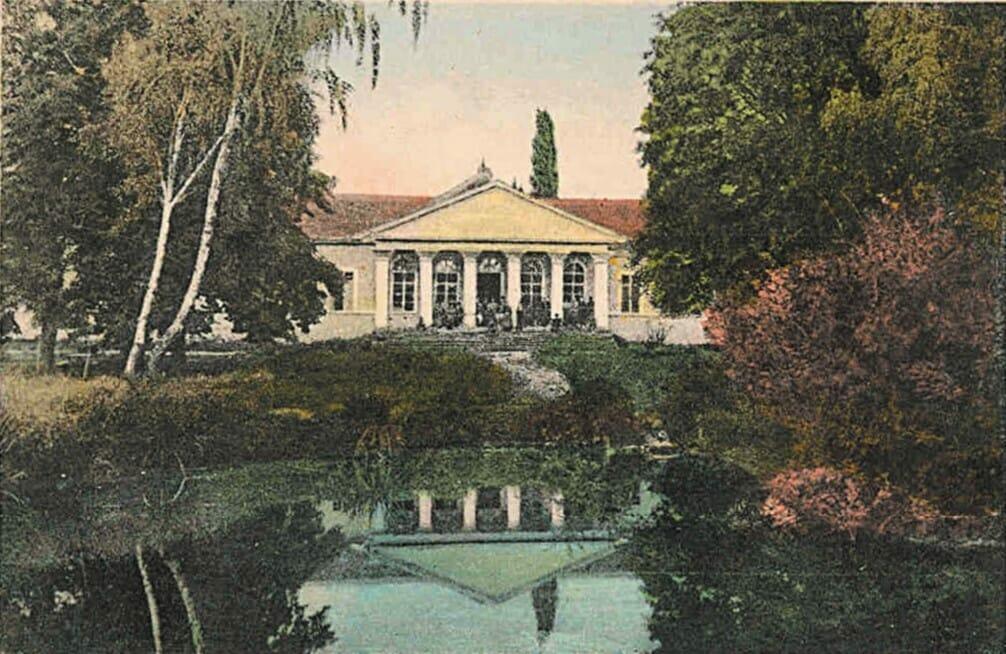 Historická kúpeľnná budova s jazierkom