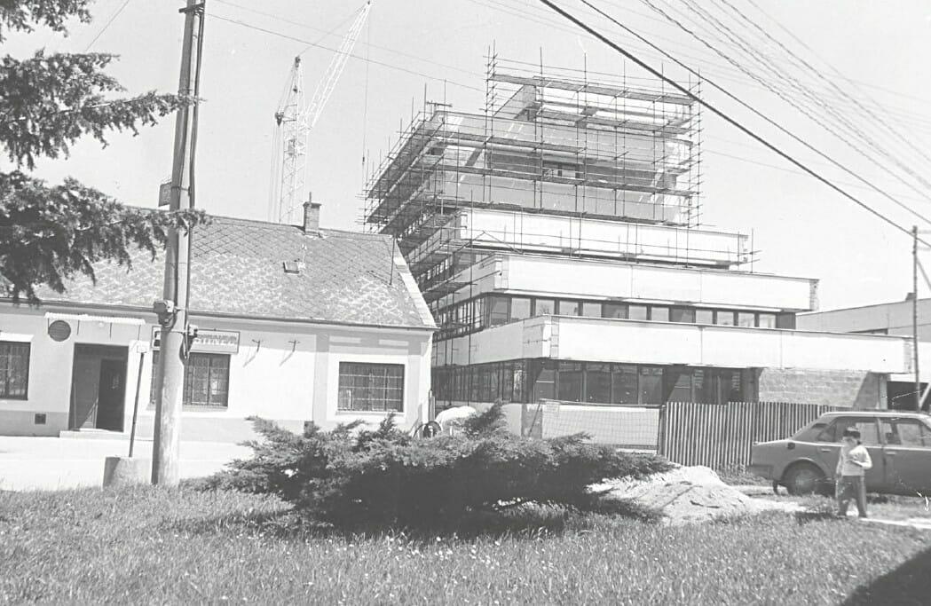 Liečebný dom Central počas výstavby v roku 1991