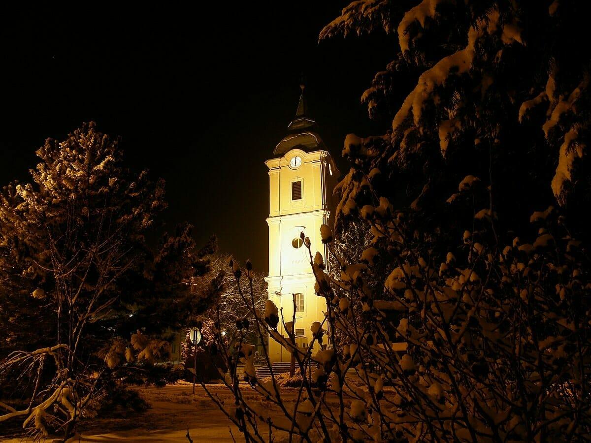 Dominanta Námestia slobody vo Vrbovom v noci