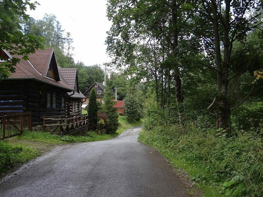 Trojpriestorové zrubové domy v obci Jezersko