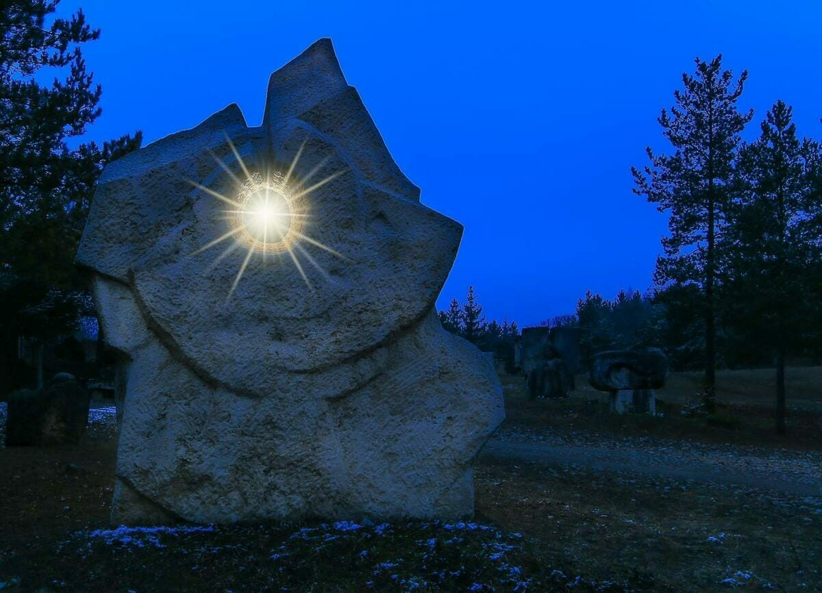 """Travertínová socha pripomínajúca """"Oko noci"""""""