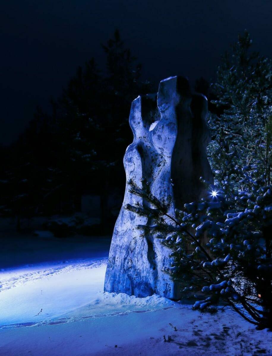 Travertínová socha zaliata nočným svetlom